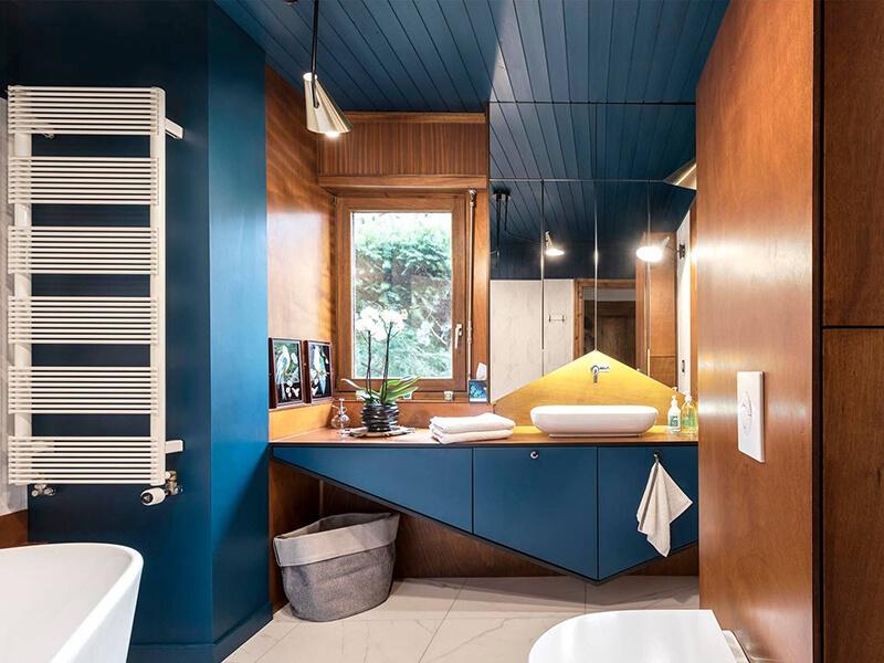 Farklı Tasarımda Mavi Renk Banyo Dolabı