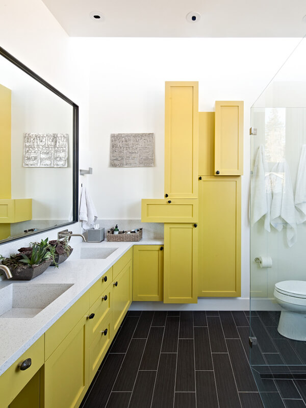 Geniş Banyo İçin Sarı Renk Banyo Dolabı Modeli
