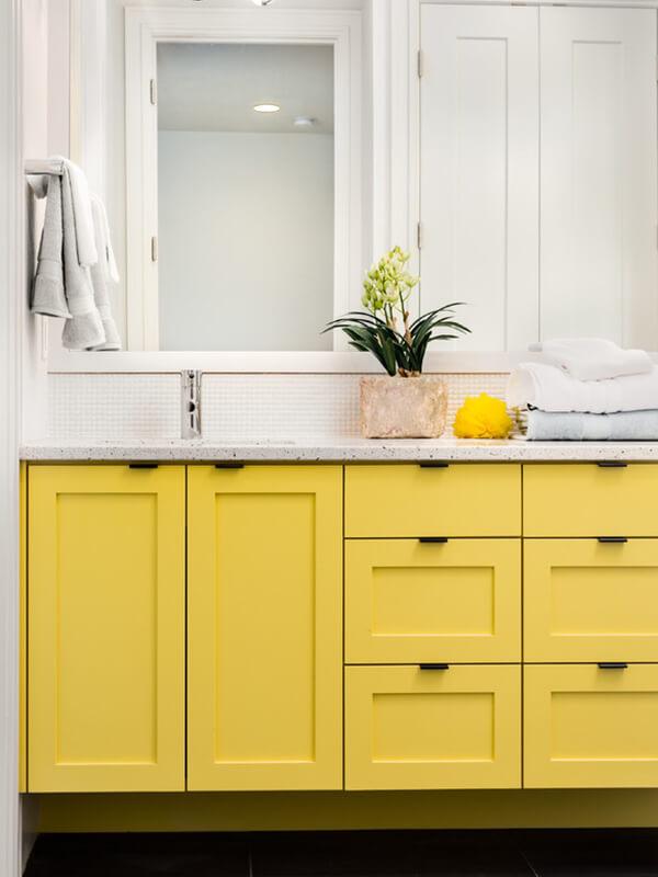 Siyah Kulplu Sarı Renk Banyo Dolabı Modeli