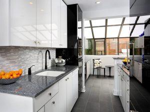 Seramik zeminli siyah beyaz mutfak dolapları