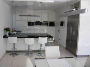 Eklektik Tarz siyah beyaz mutfak dolapları