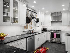 Siyah Mermer Tezgahlı siyah beyaz mutfak dolapları