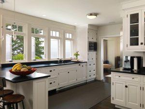Klasik Tarz siyah beyaz mutfak dolapları