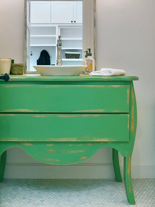 Eskitme Boyalı Yeşil Renk Banyo Dolabı Modeli