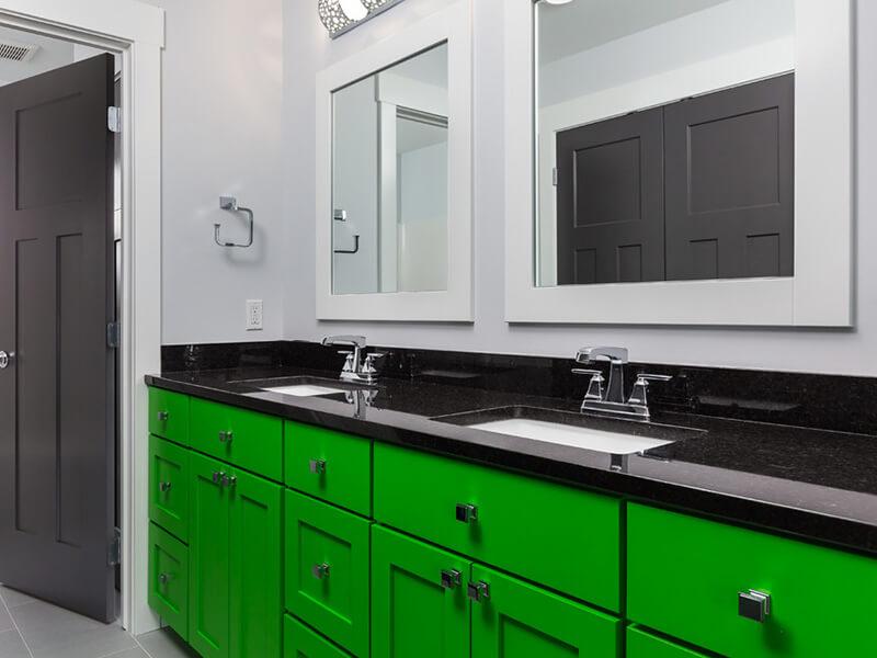 Siyah Granit Tezgahlı Yeşil Renk Banyo Dolabı Modeli