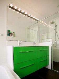 Uzun Yatay Kulplu Yeşil Renk Banyo Dolabı Modeli