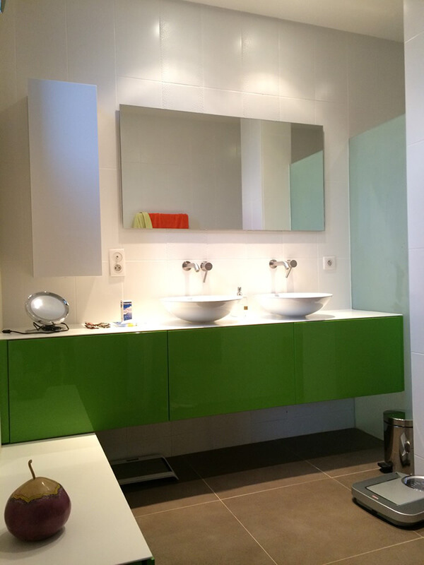 Akrilik Kapaklı Yeşil Renk Banyo Dolabı Modeli