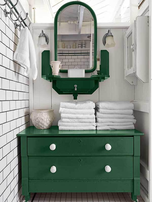 Beyaz Nokta Kulplu Yeşil Renk Banyo Dolabı Modeli