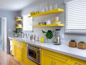 raflı sarı mutfak dolabı
