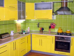 yeşil sarı mutfak dolabı