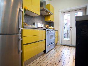 Büyük çekmeceli sarı mutfak dolabı