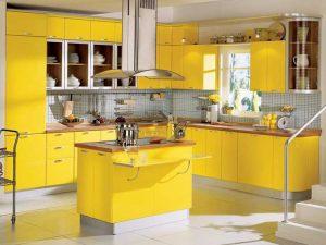 açık raflı sarı mutfak dolabı