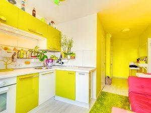 sarı beyaz mutfak dolabı