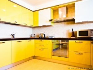 siyah tezgahlı sarı mutfak dolabı