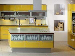 cam kapaklı sarı mutfak dolabı