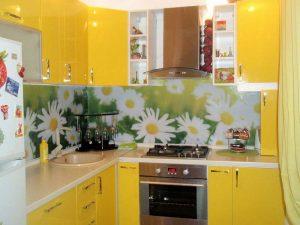 beyaz tezgahlı sarı mutfak dolabı