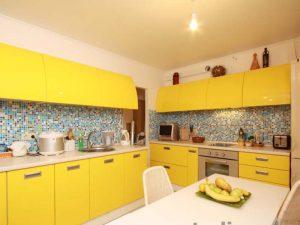 sarı mavi mutfak dolabı